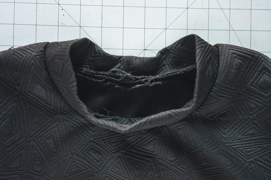 Sewing band to neckline // Dividing neckline into fourths // How to sew a 3D knit binding neckline // Closet Case Patterns